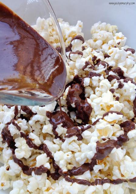 Cookie Butter Popcorn pour