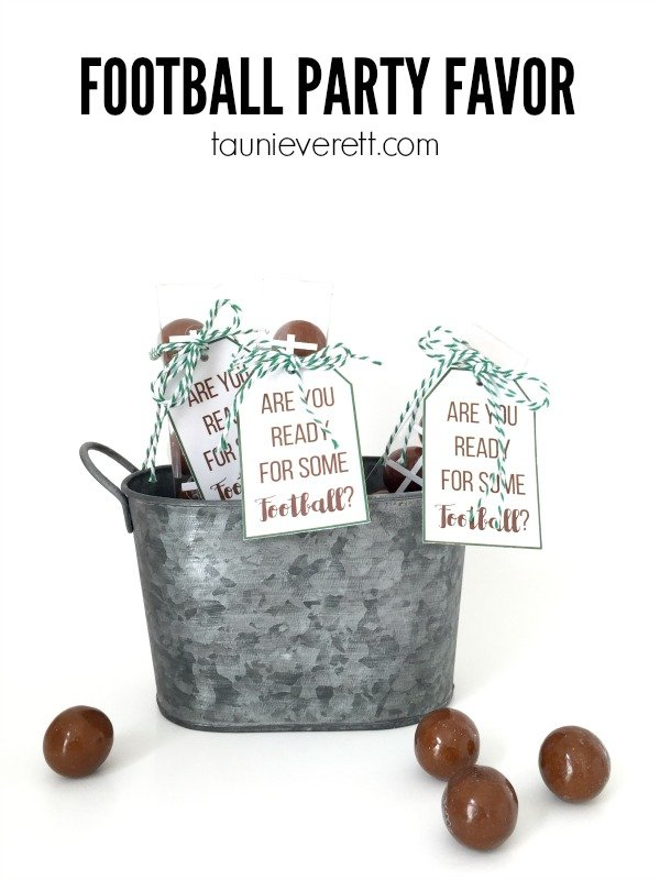 Pinning these easy-to-follow football party favor instructions and free printable for the big game!
