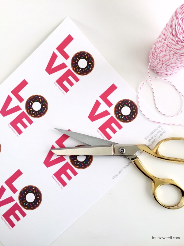 Free print + cut donut Valentine's tags. These are so cute! Perfect for friends, neighbors or the classroom!
