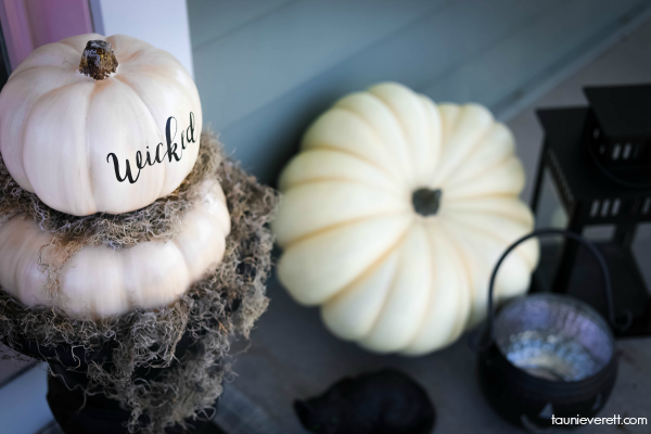 Great ideas for a neutral Halloween Porch #halloween #halloweendecor #halloweenyard