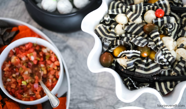 Wicked Good Halloween Caprese Pasta Salad - this zebra stripe bow tie pasta is amazing! #Halloween #halloweenrecipe