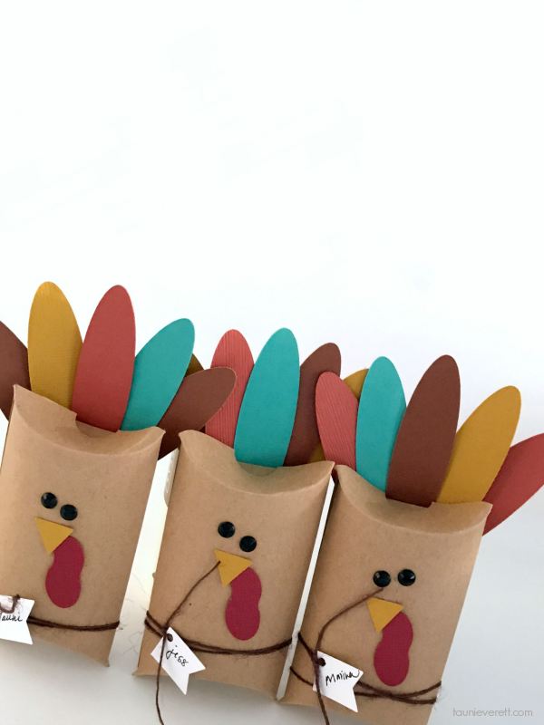 Thanksgiving Pillow Box Turkey Place Cards - easy to make, great for all ages! #thanksgiving #thanksgivingplacecard #turkeyplacecard #turkey