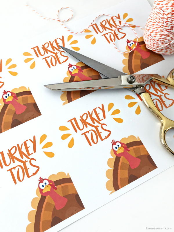 Turkey Toes Gift Tags - this candy corn treat is the perfect place card for the kid's Thanksgiving table #thanksgiving #thanksgivingplacecard #placecard
