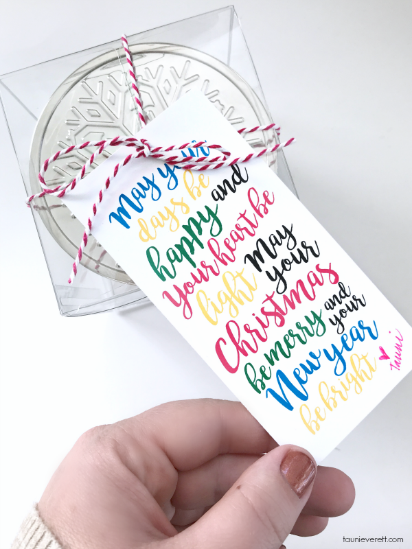 Free print + cut Christmas candle gift tag. Perfect for neighbor or office gifts. #christmas #christmasgift #diychristmasgift #neighborgift #christmascandle
