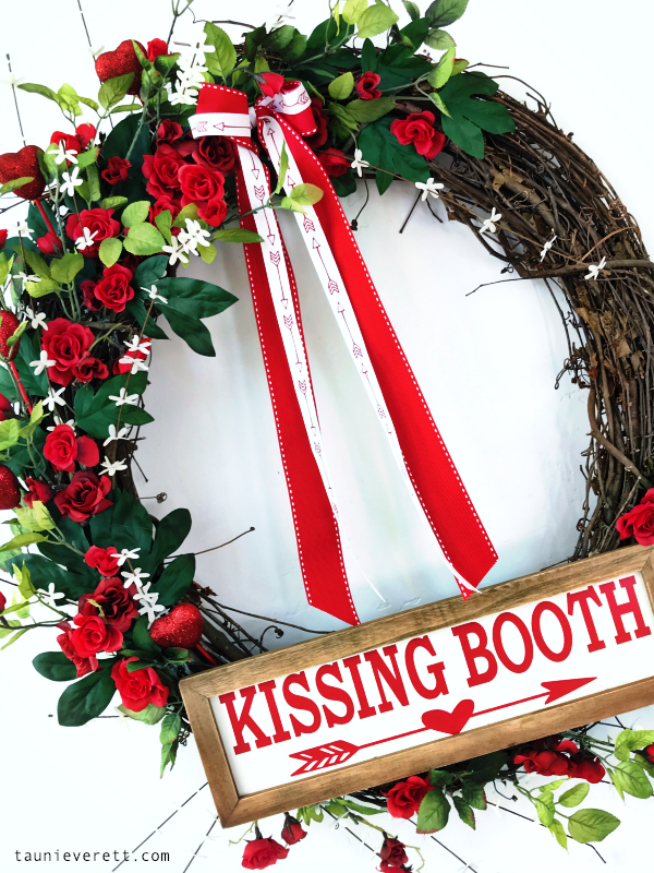 Valentine's Day grapevine wreath with kissing booth sign #valentinesday #valentineswreath #wreath #grapevinewreath