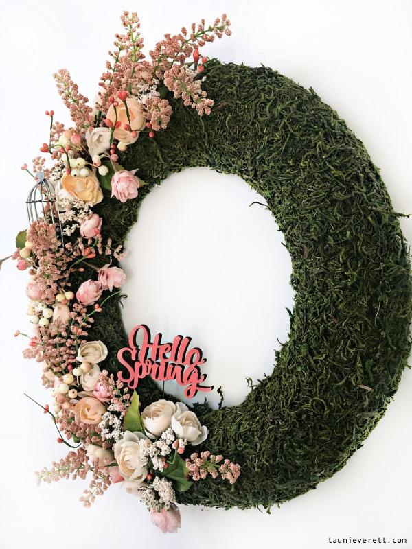 DIY moss covered spring wreath. So pretty! #mosswreath #springwreath #spring #wreath