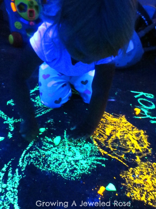Homemade glow in the dark chalk paint. Perfect paint recipe for use outside with kids.