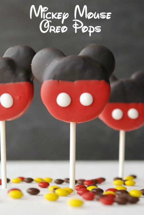 Mickey Mouse Oreo Pops. Plus 15 Mickey and Minnie Mouse Craft Projects - So many fun ideas here. Great for trips to Disney or at-home parties.
